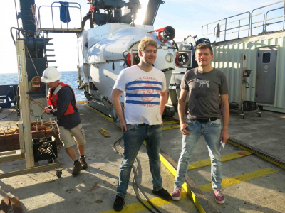 Cedric Hahn and Gunter Wegener in front of the submersible ALVIN, with which they were able to dive into their research area 2000 meters below the sea surface. Wegener has already been on three dive trips there, for PhD student Hahn it was a premiere. (© Andreas Teske)